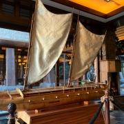 traditionelles Schiff als Ausstellungsstück