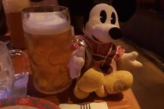 Chef Mickey und seine Maß Bier