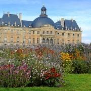 Blick vom Wildblumen- und Kräutergarten auf Chateau Vaux-le-Vicomte