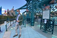 Am Beispiel von Mad Hatters Tea Cups erklärt ein Cast Member die Corona Schutzmaßnahmen bei den Attraktionen in Disneyland Paris