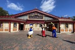 Die drei Disney Figuren vor Meet Mickey