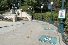 Donalds zukünftiger Meet & Greet Ort mit Social Distancing Markierungen auf dem Boden