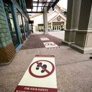 physische Distanzierung außerhalb des World of Disney-Geschäfts