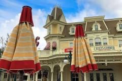 Neue farblich passende Sonnenschirme vor Casey's Corner