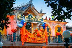 Disney's Halloween Festival empfängt die Besucher am Eingang zur Mainstreet.