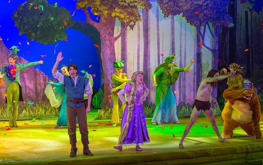 Die Protagonisten des La Foret de l'Enchantement gemeinsam auf der Bühne