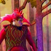 Großartiges Kostüm eines Tänzers der Show Forest of Enchantment