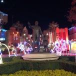 Mickey Statue bei Nacht