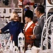 Mary Blair stellt Walt Disney Entwürfe für Small World vor