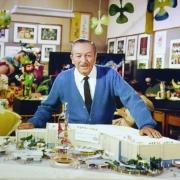 Walt Disney mit einem Modell von It\'s a Small World für die Expo 1964