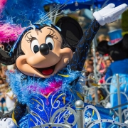 Minnie Mouse im Geburtstagskleid
