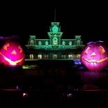 Halloween-Schmuck an der Main Street Station