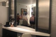 In den neuen Zimmern befindet sich der Fernseher im Spiegel
