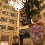 Die riesige Lobby des Hotels