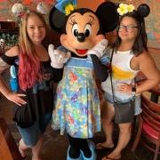 Minnie Mouse beim Charakter Frühstück
