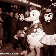 Mickey Mouse, Minnie und Donald bei der Premiere von Schneewittchen