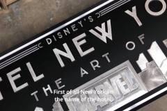 Das neue Eingangsschild von Disney's Hotel New York - The Art of Marvel