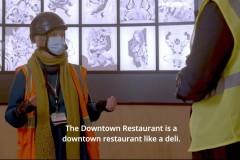 Arbeiter für der Rückwand im Downtown Restaurant mit beleuchteten Marvel Zeichungen
