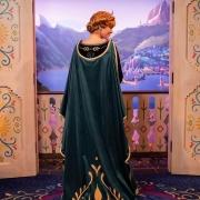 Anna aus Frozen in ihrem neuen Kleid