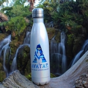 Souvenir: Trinkflasche zu Avatar vor einem Wasserfall