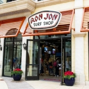 Eingang von Ron Jon Surf Shop in Disney Springs