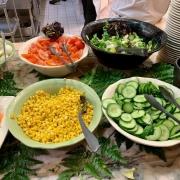 Salatbuffet mit Gurke, Mais und Tomate