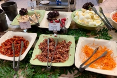 Salatbuffet mit Karotte, getrockneten Tomaten und Bacon