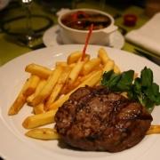Steak mit Pommes Frites und Ratatouille