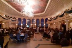 Tische im großen Saal des Restaurants