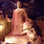 Walt Disney und Mickey Mouse als Sandskulptur