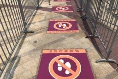 Abstandsmarkierungen  im Wartebereich Shanghai Disneyland  ©gourmetdyy auf Twitter