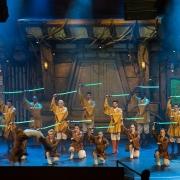 Die Tänzer der Show Light Sabers Duel...