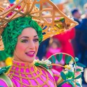 Detail einer Tänzerin mit aufwändigem Kostüm bei Goofy's Garden Party