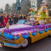 Donald und Daisy in ihrem Auto bei Goofy's Garden Party