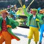 Die Tänzer tanzen auch auf den Straßen rund um den Central Plaza