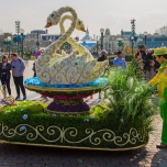 Ein Blumenwagen bei Goofy's Garden Party