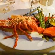 Mit Krabben gefüllter Hummer