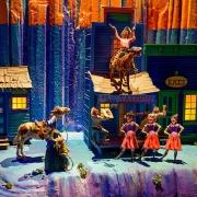 Das Modell der Saloon-Szene mit Tänzerinnen