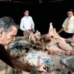 Claude Coats, Tony Baxter und David Schweninger bei der Arbeit an einem Modell von Big Thunder Mountain