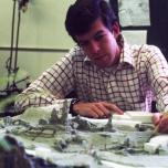 Toby Baxter bei der Arbeit an einem Modell von Big Thunder Mountain