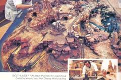 Imagineers bei der Arbeit an einem Modell von Big Thunder Mountain für Walt Disney World und Disneyland