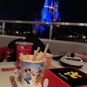 Bei der Tomorrowland Terrace  gibts Mickey-Förmige Burger & Nuggets
