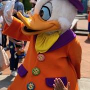 Dagobert Duck freut sich über die vielen Leute die ein Foto machen wollen
