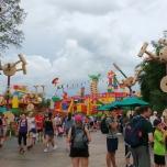 Toy Story Land Demo über den Köpfen
