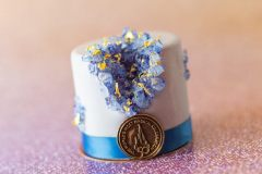 Kuchen mit Blüten und 50. Geburtstagsemblem