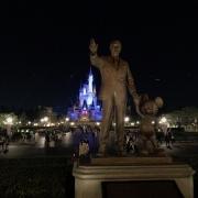 Partners Statue vor dem Cinderella Schloss