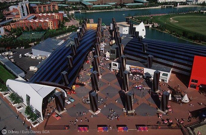 Luftaufnahme des Festival Disney aus Richtung des Parks. Im Hintergrund sind die Hotels New York und Sequoia Lodge zu sehen