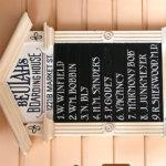 """Eine weitere Nennung von Doc Sherwood findet man auf der Belegungstafel von """"Beulah's Boarding House"""" in der Market Street, kurz vor dem """"Marketplace"""""""
