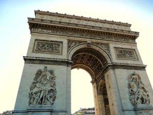 Der Arc de Triomph (Triumphbogen) am Ende der Champs-Elysees