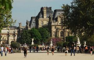 Ein Blick auf den Louvre von den Jardin des Tuilieries aus